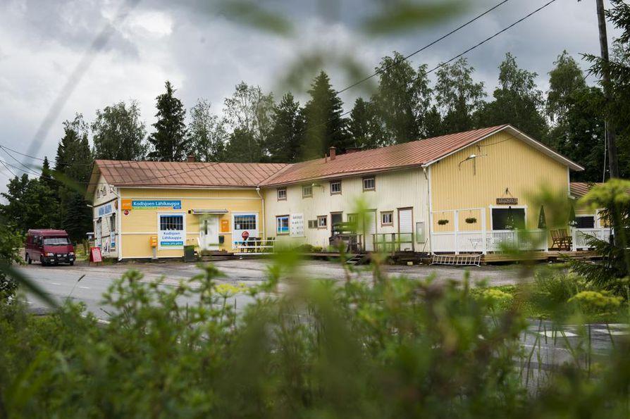 Pienistä kyläkaupoista voi löytää paikallisia erikoisuuksia. Kodisjoen kyläkaupassa Raumalla on sekä kauppa että kahvila.