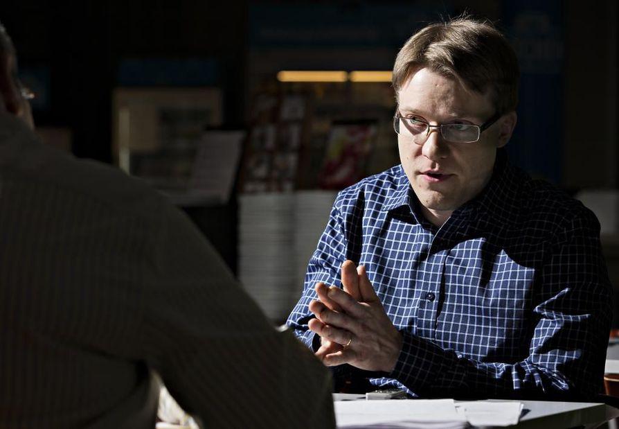 Oululainen sosiaalisen median asiantuntija Harto Pönkä odottaa Facebookin kertovan ratkaisuja käyttäjäkatoon. Viime syksystä lähtien Facebook on ollut hyvin hiljaa käyttäjien katoamisesta palvelusta.