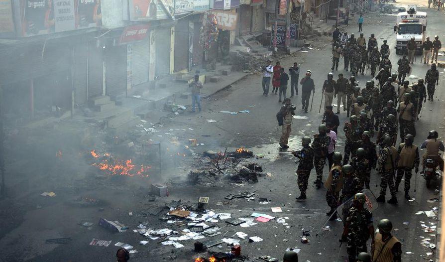 Intian turvallisuusjoukot partioivat Delhissä alueella, jossa väkivaltaisuudet leimahtivat alkuviikolla.