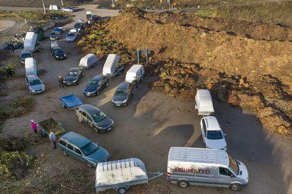 Aurinkoiset syyspäivät innostivat oululaiset syyssiivoukseen – Ruskon jätekeskuksen puutarhajätealueella säpinää