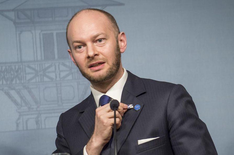 Uusi vaihtoehto -ryhmän johtohahmo Sampo Terho esitteli lehdistölle Timo Soinin hylkäämää perussuomalaisten pinssiä hallituksen tiedotustilaisuudessa tiistai-iltana.