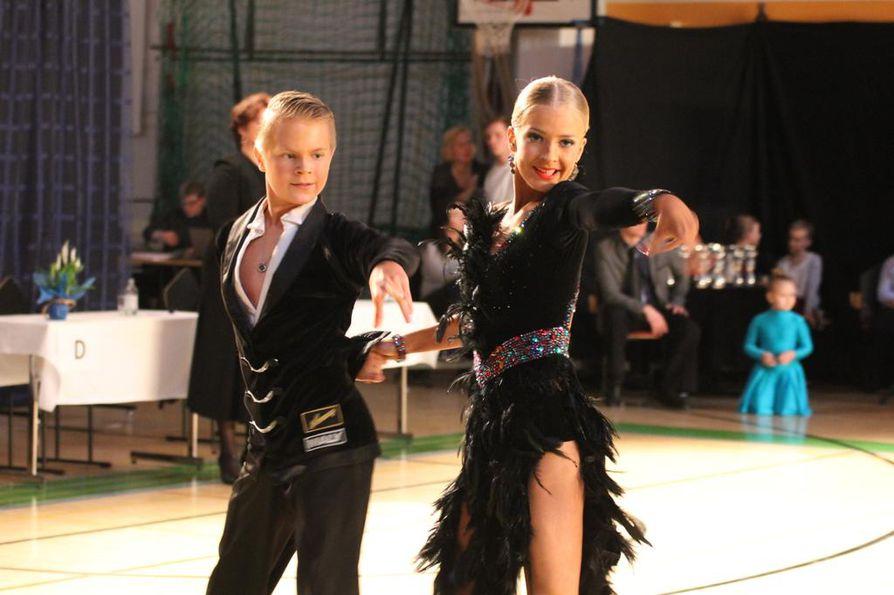 DSC Oulu ry:n pari Eetu Lämsä ja Emilia Prykäri tanssi hienosti.