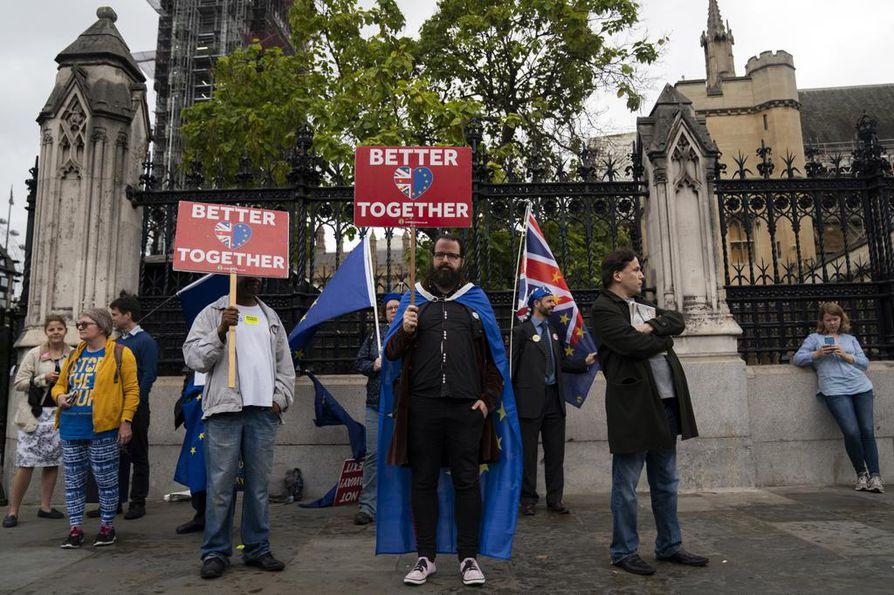 Mielenosoitukset Britannian parlamenttitalon edustalla jatkuivat torstaina, vaikka parlamentti on jo istuntotauolla.