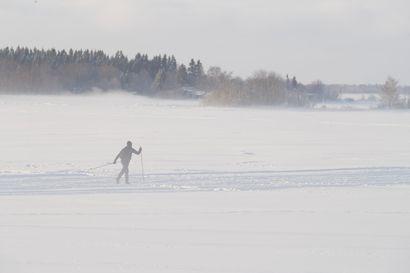 Lumi hidastaa jäiden paksuuden kasvamista – jäille vain turvavälineiden kanssa