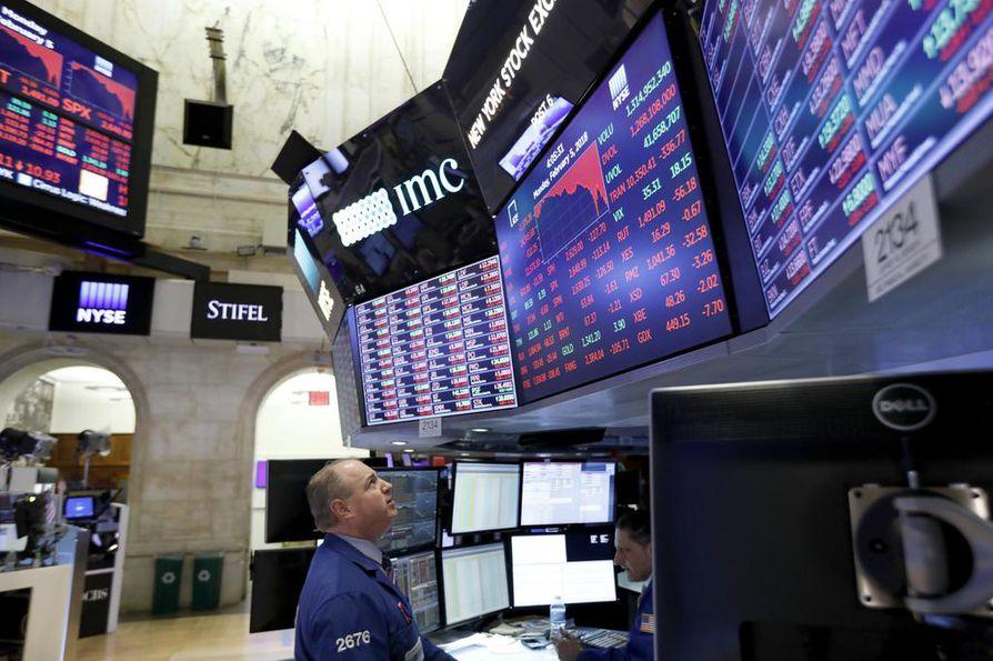 Dow Jones -indeksi laski maanantaina rajummin kuin kertaakaan sitten vuoden 2011.