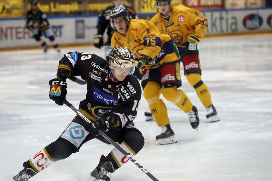 Kärppien kultakypärä Julius Junttila on kurvannut kuluvalla kaudella vastustajilta karkuun. Ensi kaudella Junttilaa ei nähdä enää Kärppien paidassa.