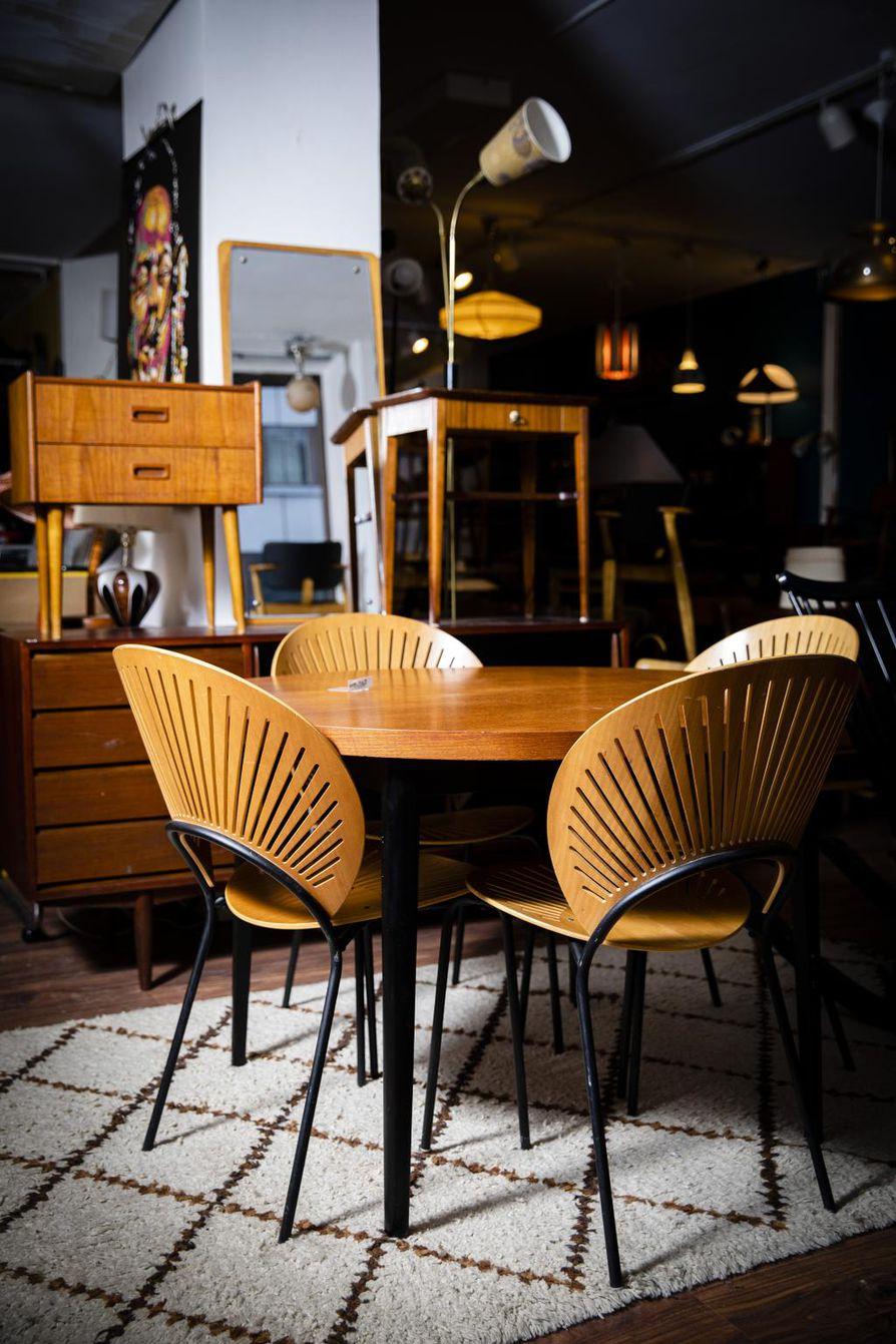 Tiikkipuiset ruokapöydät ovat kestosuosikkeja. Kuvan tuolit ovat tanskalaisen Nanna Ditzelin suunnittelemat.