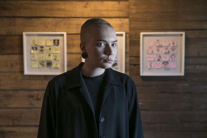 Kuvataiteilija Roosa Paldanius kuvaa näyttelyssään isoja asioita pienillä lapuilla – muunsukupuolinen transaktivisti ei jaksa joka kerta korjata, kun häntä luullaan naiseksi