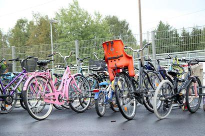 Poliisi jakoi kympin lahjakortteja Pudasjärven pyöräilijöille – alakoululaiset tunnollisimpia kypärän käyttäjiä