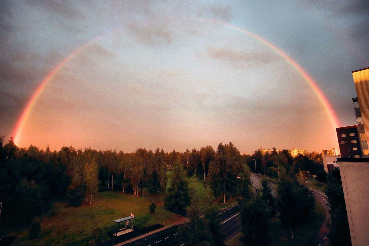 Sateinen ilta tarjosi upeaa väriloistoa Oulun taivaalle – katso kuvia