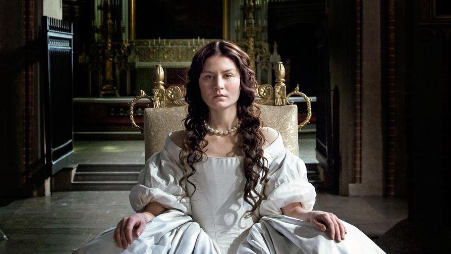 Kristiinasta tuli Ruotsin hallitsija vain 18-vuotiaana vuonna 1644. Kuningattaren roolissa tekee parhaansa Malin Buska.