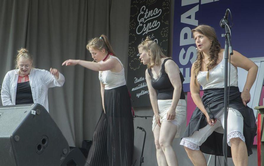 Pornoa-konsertissa käsitellään metoo-henkisesti muun muassa hyväksikäyttöä. Amanda Kauranteen (vas., laulu, perkussiot) lisäksi lavalla nähdään Sini Siipola (tanssi, koreografia, laulu, lyömäsoittimet), Minna Koskenlahti (perkussiot, laulu) ja Helmi Camus (koskettimet, laulu).