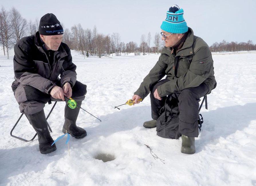 Koillismaan Parkinson-kerhon puuhamiehet Pentti Manninen (vas.) ja Martti Tyni vakuuttavat, että kerhoon kannattaa tulla, ainakin katsomaan, mitä kaikkea on tarjolla.