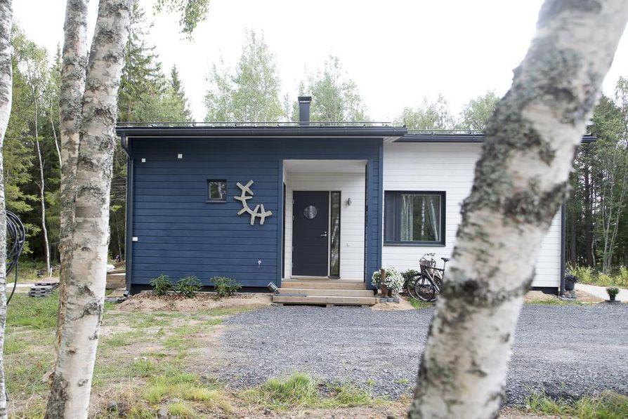 Koti käsittää yhdistetyn keittiö- ja oleskelutilan, makuuhuoneen sekä kaksi työhuonetta.