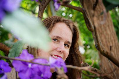 """Oululainen Sisko Leinonen saattohoitaa hoivakodin asukkaita laulamalla – """"Usein huomaa, että vaikka käsillä ovat viimeiset hetket, musiikki menee sydämeen"""""""