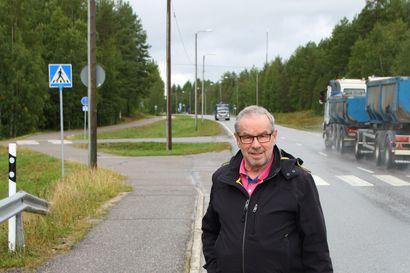"""""""Onhan se koululaisillekin vähän haasteellinen ja vaarallisen näköinen"""" –posiolainen Jukka Sälelinna teki aloitteen kuntakeskuksen pääraitin jalkakäytävän parannuksesta"""