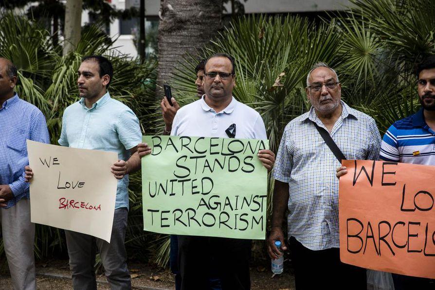 Barcelonassa asuvat muslimit järjestivät mielenilmauksen terrorismia vastaan ja terrori-iskun uhrien muistoksi Ravalin kaupunginosassa. Simon Afsan (keskellä) oli yksi mielenilmaukseen osallistuneista.