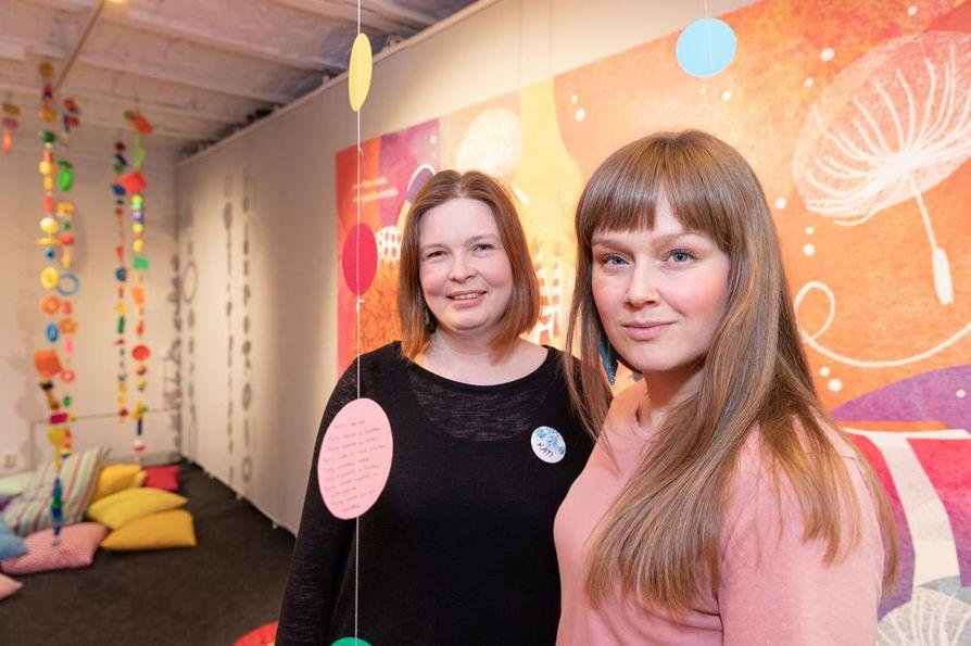 Kati Inkala (vas.) ja Anna Anttonen haluavat Lumotut sanat -festivaalin avulla tuoda sanataidetta näkyväksi ja edistää kotimaista lasten ja nuorten kirjallisuutta.