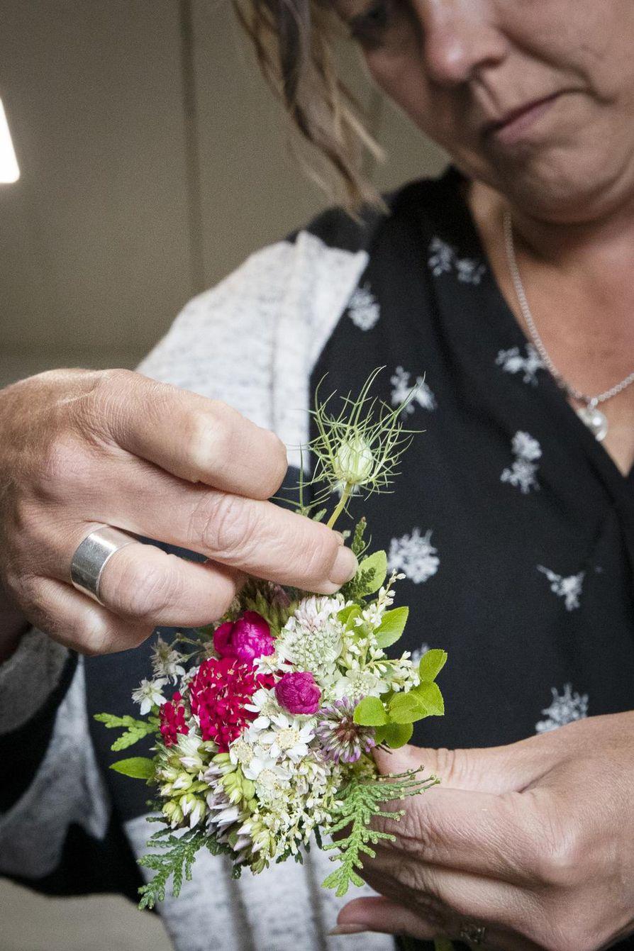 Liitä kukkia maun mukaan pitäen varsista tiukasti kiinni sormenpäillä, kukkien varret samansuuntaisesti kiertäen.