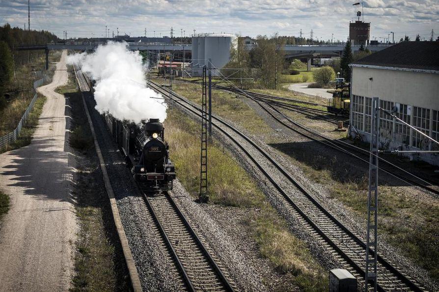 Juna saapui Ouluun höyrypilven saattelemana.