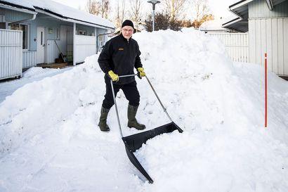 Ensimmäistä kertaa 20 vuoteen rovaniemeläispihalta loppui tila – Lumipaljoutta ratkotaan nyt monella rivitalopihalla