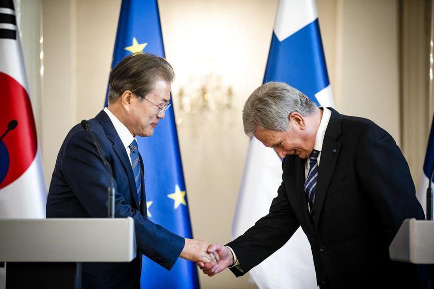 Etelä-Korean presidentti Moon Jae-in ja tasavallan presidentti Sauli Niinistö pitivät keskustelujensa päätteeksi lehdistötilaisuuden Presidentinlinnassa.