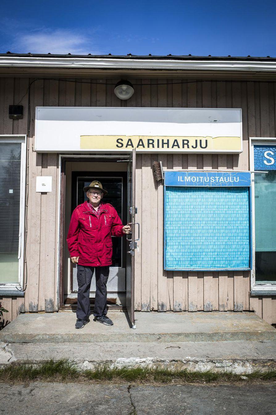 Vuonna 1960 rakennettu Saariharjun kauppa on nykyään tyhjillään. Sen seinien sisäpuolelle mahtuu pitkä siivu entisen kyläkauppiaan Taisto Illikaisen henkilökohtaista historiaa.