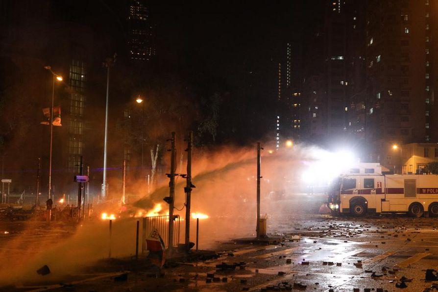 Hongkongin poliisi käytti vesitykkiä mielenosoituksen hajottamiseen sunnuntaina.