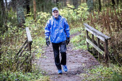 Viikon kasvo: Kynän kanssa lenkkipolulle – Eläkepäivillään riimittelyn löytänyt Raimo Haaja on kirjoittanut jo 2500 runoa