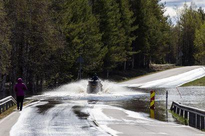 Tulvavesi nousee nyt autoteille Lapissa, Kuusamontie jäi veden alle