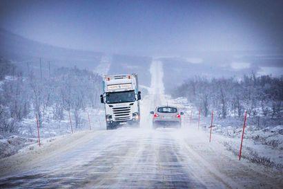 Norjalainen rekka ajoi ojaan Tiellä 21 Enontekiöllä – Tie oli suljettuna tunteja