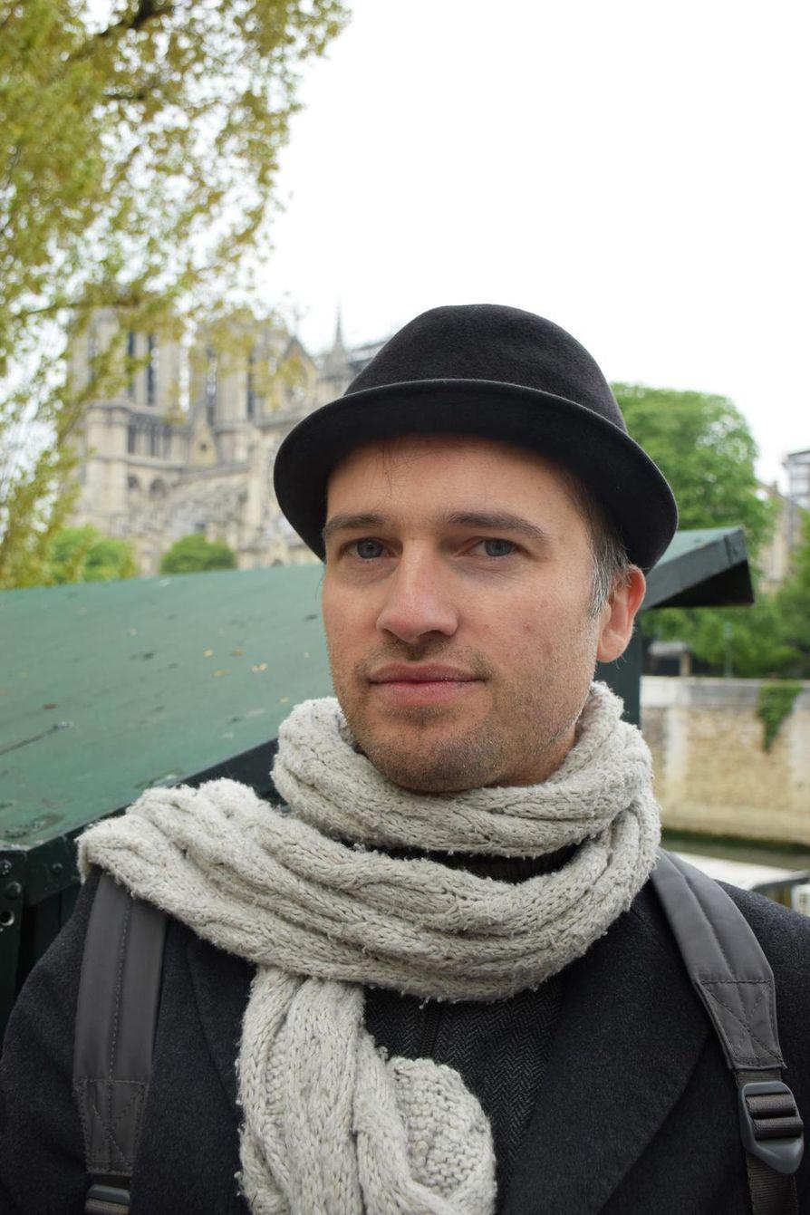 Florent Cheppel katuu, ettei ollut tutustunut perinpohjaisesti Notre-Damen katedraaliin sen täydessä loistossa, sillä nyt on se on myöhäistä.