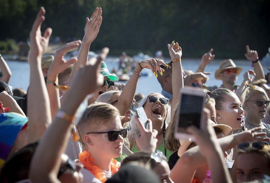 Qstockin yleisö otti perjantaina ilon irti auringosta ja yhdestä Oulun kesän kohokohdasta.