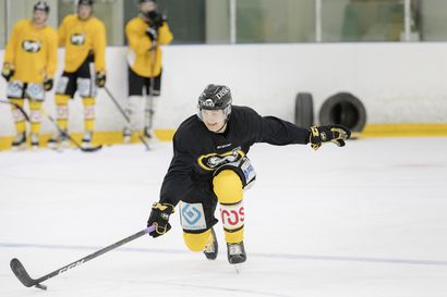 """NHL:n ykkösvaraukseksi povattu Kärppien hyökkääjä Aatu Räty haluaisi Sebastian Ahon pelinumeron – """"Jos menisin pyytämään uutta numeroa NHL-varauslistauksia heilutellen, eihän huoltaja pesisi pyykkiäni enää kertaakaan"""""""