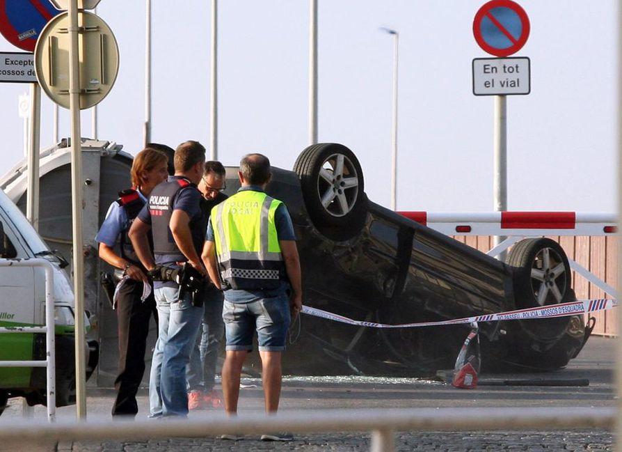 Cambrilsin kaupungissa terroristit liikkuivat henkilöautolla, joka päätyi katolleen ja poliisin nauhojen eristämäksi.