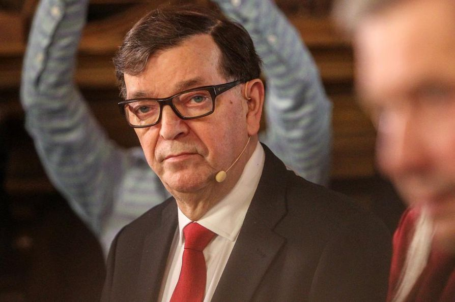 Presidentinvaaleissa neljänneksi tullut Paavo Väyrynen aikoo syrjäyttää pääministeri Juha Sipilän Keskustan johdosta.
