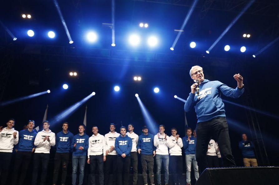 """Päävalmentaja Markku """"Rive"""" Kanerva piti lupauksensa ja laulatti yleisöllä Oi Suomi on."""