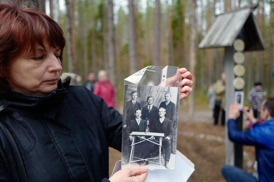 Helsingissä asuvan Ilona Vanhasen valokuvassa hänen isoisänsä Arvi Korhonen on takarivissä vasemmalla ja Urho Kekkonen oikealla. Sisällissodassa kaverukset taistelivat eri puolella, Korhonen punaisten ja Kekkonen valkoisten joukoissa.