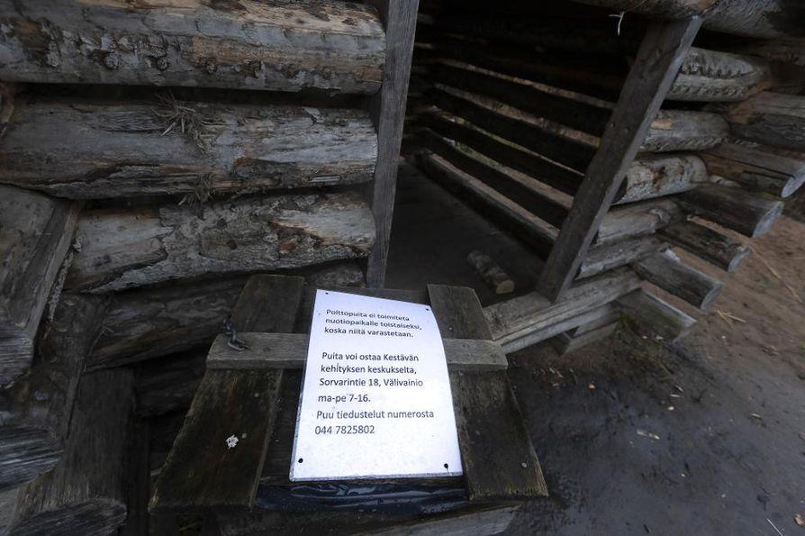 Varkauksien vuoksi Hietasaaren nuotiopaikalle ei enää toimiteta polttopuita.