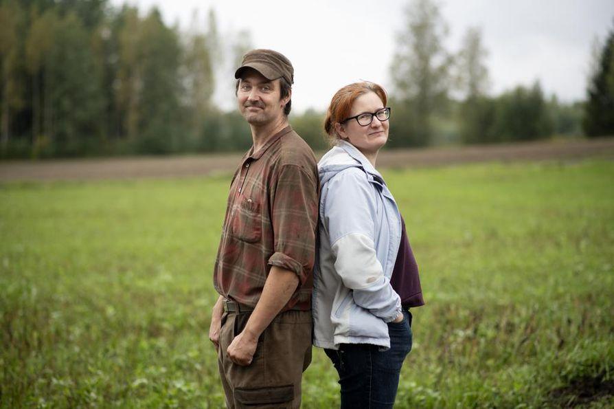 Timo Koli ja Reetta Kivi viljelevät myös maata. Parhaillaan heillä on menossa syysviljojen kylväminen.