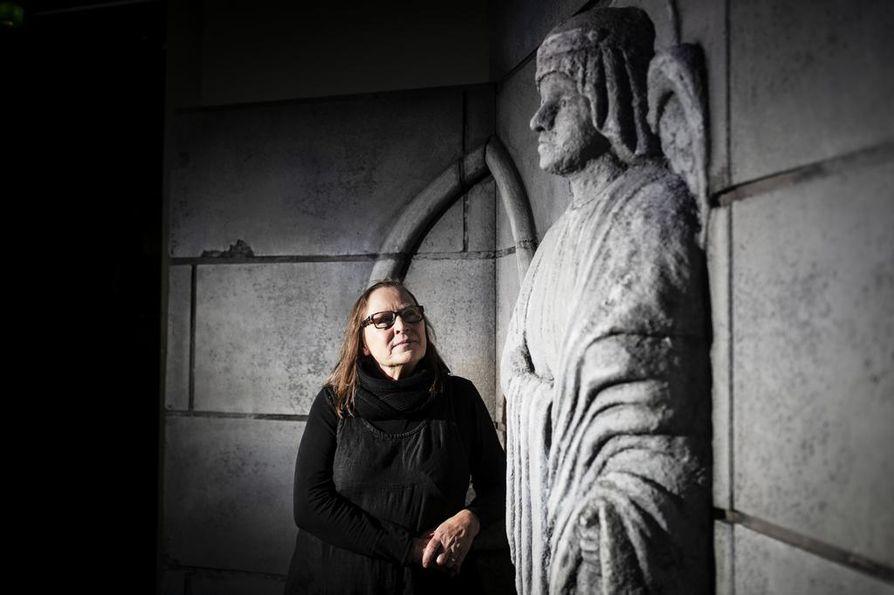 Kivipatsaisiin Marjatta Kuivasto kehitteli teatterin ihmeen: ne heräävät kesken esityksen eloon. Kuivasto kiittää patsaat veistäneen Sanna Koskisen ja koko lavastamon väen ammattitaitoa.