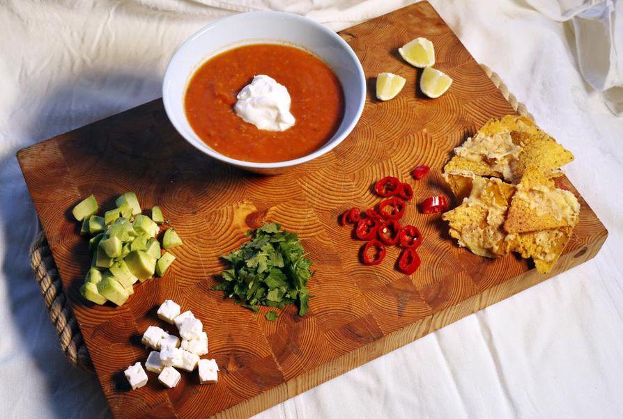Meksikolainen tomaattikeitto höystetään avokadolla, chilillä, fetalla ja korianterilla. Kokonaisuuden kruunaavat juustokuorrutetut maissilastut.