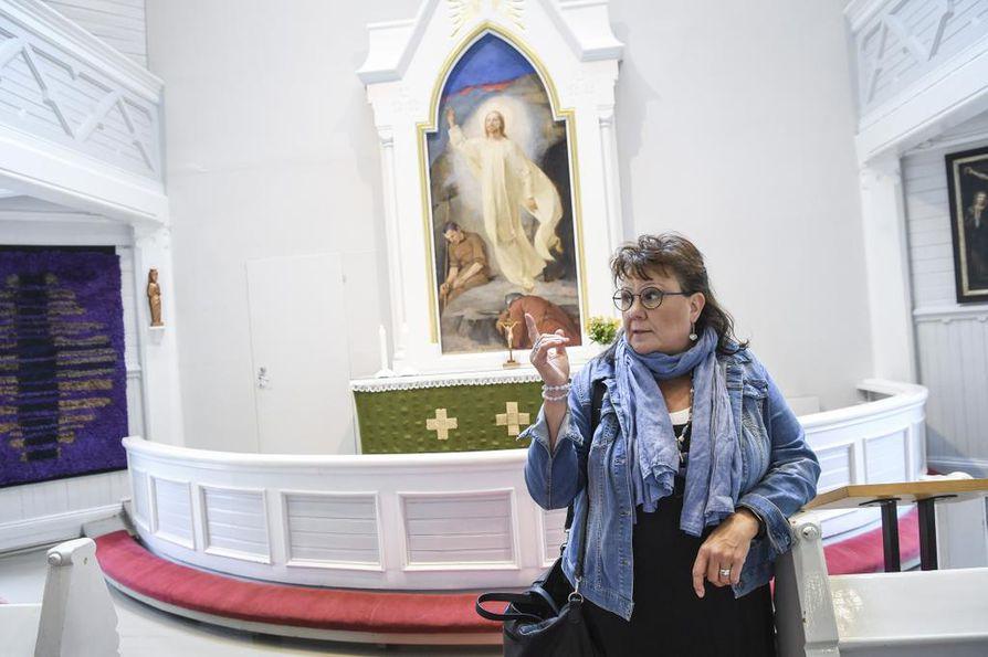 Opas Marjut Ståhls kertoo, että Helene Schjerfbeckin Strömforsin kirkkoon maalaamasta alttaritaulusta maksettiin nykyrahassa 5 000 euroa.