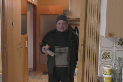 Katso video: Sulo Karjalainen kertoo orvon karhunpennun ruokinnasta ja ruokahalusta