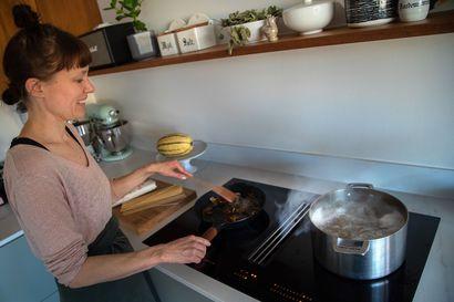 Ruokabloggaaja Jenni Häyrinen kokkaa kotona niin paljon, että liesituulettimen on oltava tehokas – tällaisia kokemuksia hänellä on hittituotteesta