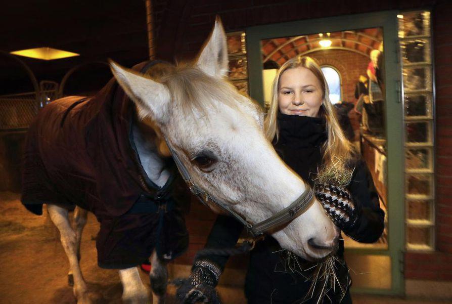 Oululainen 19-vuotias esteratsastaja Ida-Lotta Nousiainen aikoo keskittyä ensi kaudella ratsastukseen.