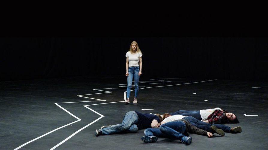 Utøyalta selvinnyt Rakel Mortensdatter Birkeli antaa ohjeita nuorille näyttelijöille koruttoman kauniissa dokumentissa.