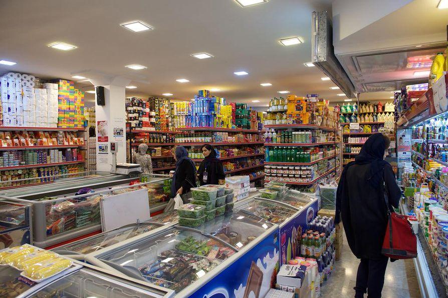 Teheranin kaupoissa on hyvin tavaraa, mutta asiakkaita vähän, koska monilla perheillä on ongelmia tulla toimeen. Ruokaostoksilla näkee enimmäkseen naisia.