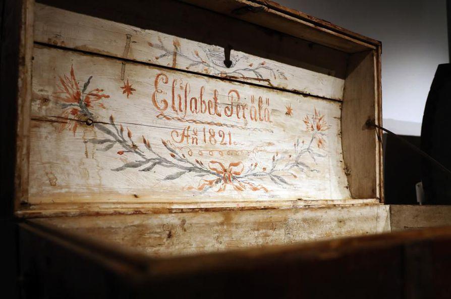 Morsiusarkun kannen alta löytyi neidon nimi ja koristeita.