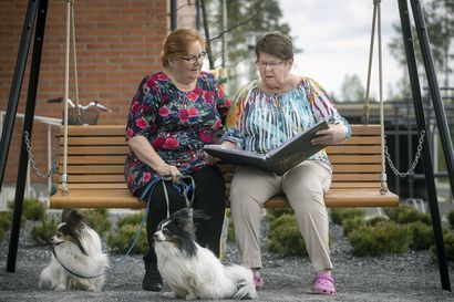 """Kaarina Keräsen elämä oli päättyä järven pohjaan 17-vuotiaana, tapasi nyt pelastajansa ensimmäistä kertaa 56 vuoden jälkeen – """"Hän on pelastanut minun henkeni, niin ei tämä koronahalaus tapa"""""""
